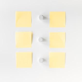 Vista alta ângulo, de, branca, blocos, e, adesivo, notas, organizado, uma fileira
