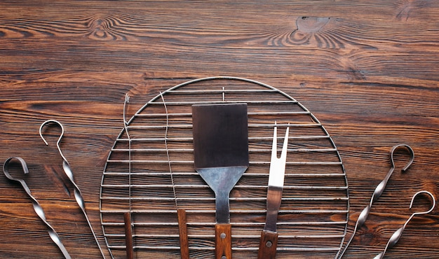 Vista alta ângulo, de, churrasco, ferramentas, ligado, escrivaninha madeira
