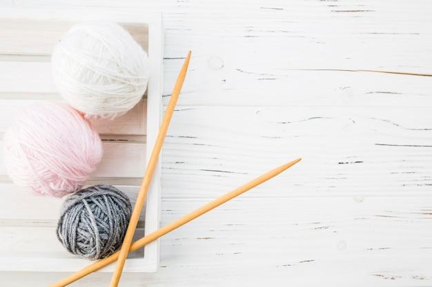 Vista alta ângulo, de, coloridos, fios, e, crochet