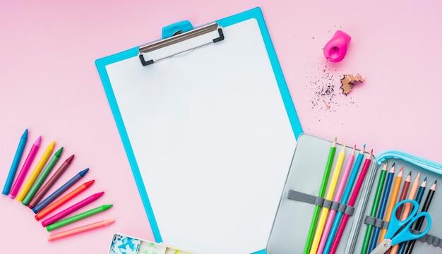 Vista alta ângulo, de, desenho, materiais, ligado, cor-de-rosa, fundo