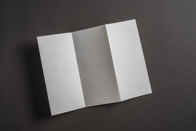 Vista alta ângulo, de, dobrado, papel, ligado, experiência preta