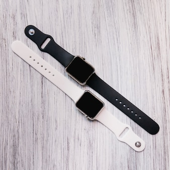 Vista alta ângulo, de, dois, preto branco, smartwatch
