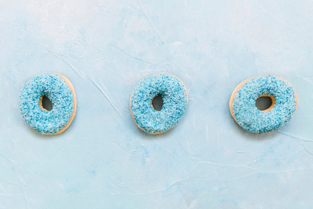 Vista alta ângulo, de, donuts, ligado, experiência azul
