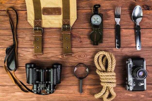 Vista alta ângulo, de, equipamento acampando, ligado, escrivaninha madeira