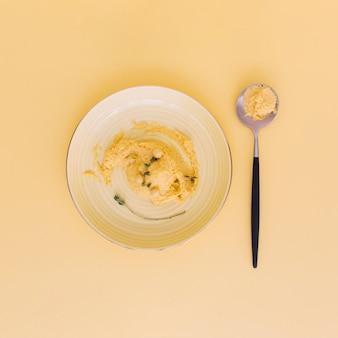 Vista alta ângulo, de, fresco, grão-de-bico, hummus, ligado, prato