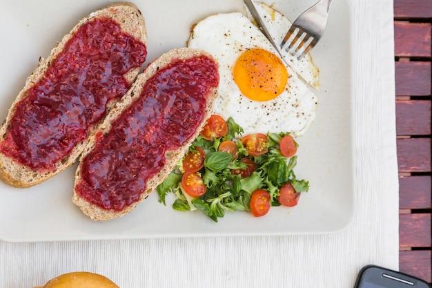 Vista alta ângulo, de, fresco, pequeno almoço saudável, ligado, bandeja