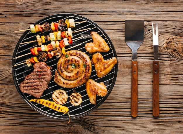 Vista alta ângulo, de, gostosa, grelhados, carne, com, vegetal, sobre, a, brasas, ligado, um, churrasco