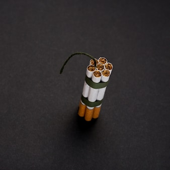 Vista alta ângulo, de, grupo, de, cigarro, com, wick, contra, pretas, superfície