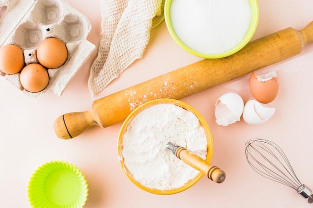 Vista alta ângulo, de, ingredientes, para, assando bolo