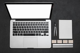 Vista alta ângulo, de, laptop, e, stationeries, ligado, experiência preta