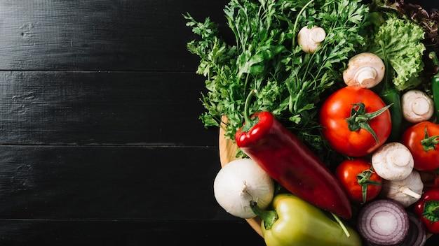 Vista alta ângulo, de, legumes crus, ligado, pretas, madeira, fundo