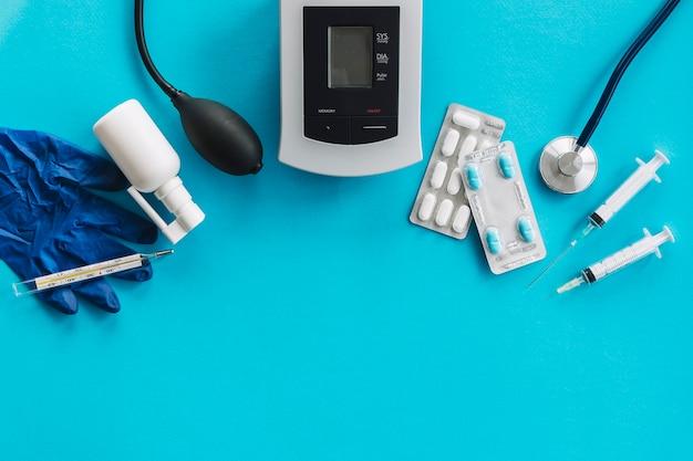 Vista alta ângulo, de, médico, equipamentos, ligado, azul, superfície