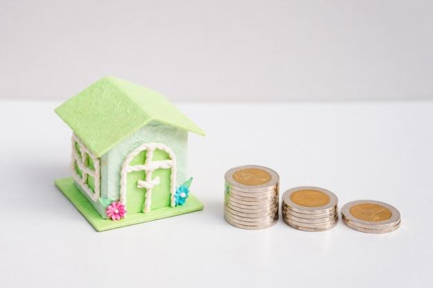 Vista alta ângulo, de, mini, casa, com, pilha, moedas