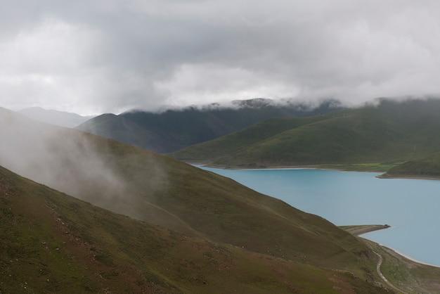 Vista alta ângulo, de, nebuloso, montanhas, com, yamdrok, lago, nagarze, shannan, tibet, china