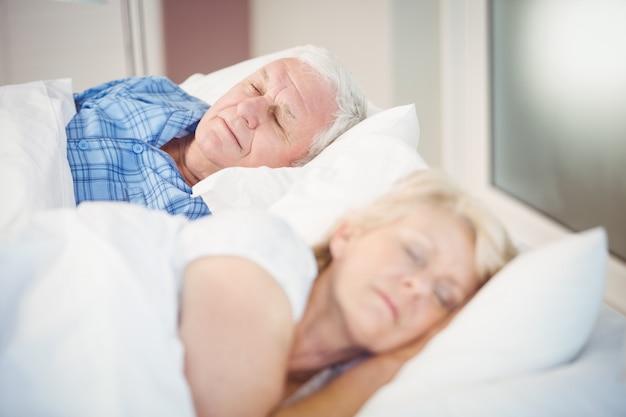 Vista alta ângulo, de, par velho, dormir cama
