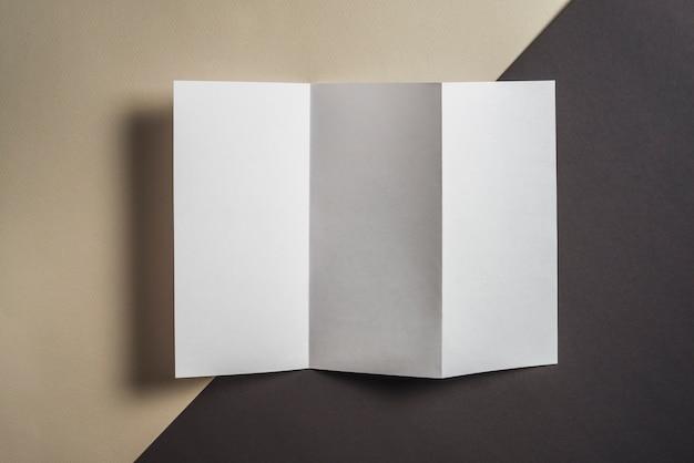 Vista alta ângulo, de, pasta, em branco, papel, ligado, experiência colorida