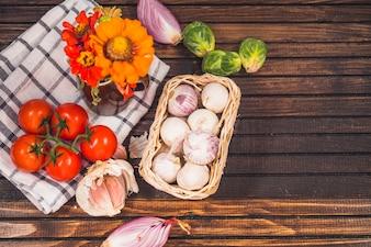 Vista alta ângulo, de, vegetal cru, em, ingredientes, com, flores, e, pano, ligado, madeira, fundo