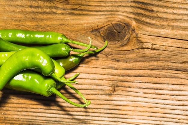 Vista alta ângulo, de, verde, pimentas pimenta-malagueta, ligado, madeira, fundo