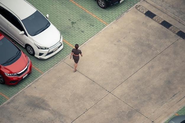Vista alta ângulo, mulher caminhando, em, estacionamento