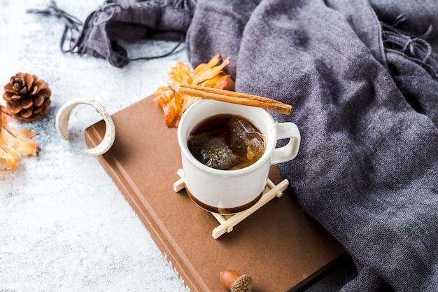 Vista alta ângulo, xícara chá, ligado, livro