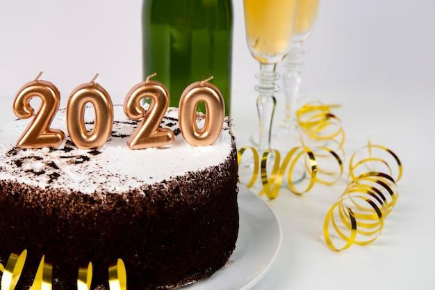 Vista alta bolo e bebida 2020 dígitos do ano novo