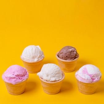 Vista alta cópia espaço sorvete sabores no cone