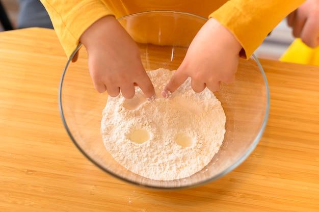Vista alta criança fazendo uma careta na tigela