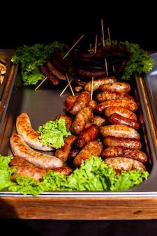Vista alta da deliciosa variedade de carne e salada