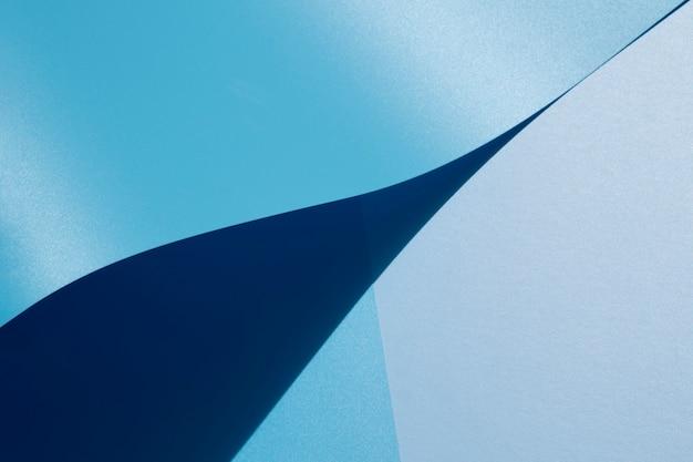 Vista alta de folhas de papel curvas azuis