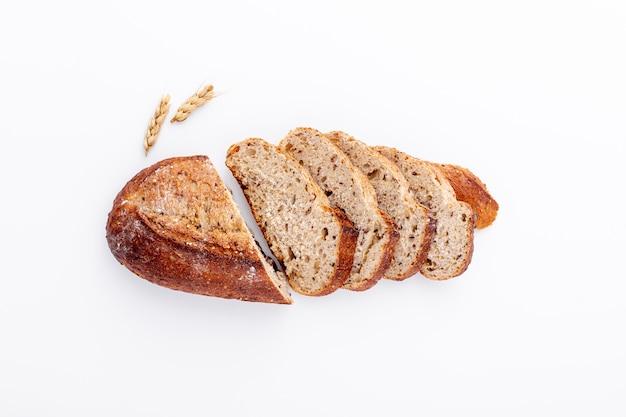 Vista alta deliciosa cortar fatias de pão no fundo branco