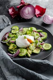 Vista alta deliciosa salada com talheres escuros