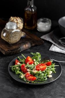 Vista alta deliciosa salada no prato escuro
