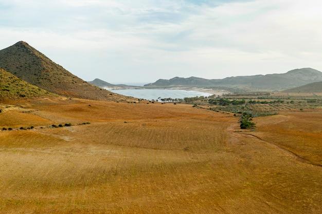 Vista alta do campo seco e montanhas com lagos