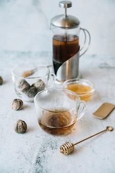 Vista alta do moedor e xícaras de chá