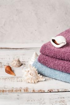 Vista alta empilhados toalhas na mesa de madeira