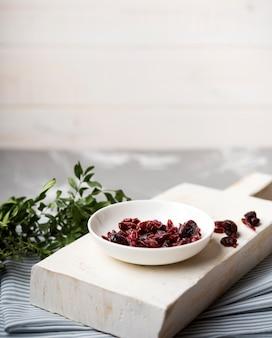 Vista alta frutos secos na placa de madeira na cozinha