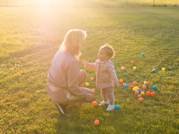 Vista alta mãe e criança brincando