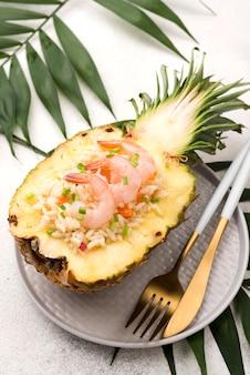 Vista alta metade do abacaxi com frutos do mar