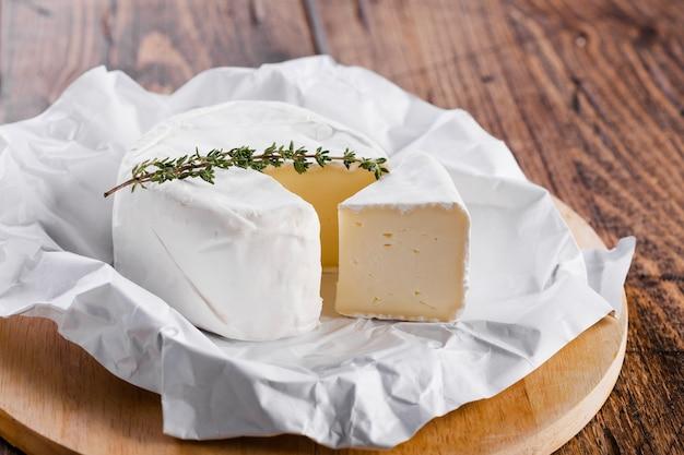 Vista alta pedaço de queijo com faca