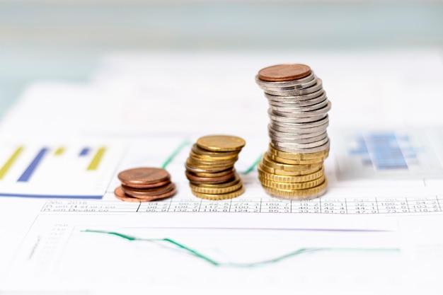 Vista alta pilhas de moedas em diagramas estatísticos
