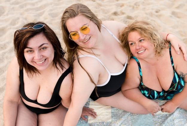 Vista alta plus size mulheres em fato de banho
