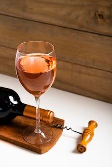 Vista alta subiu vinho em um copo