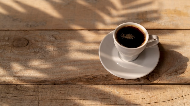 Vista alta xícara de café na mesa