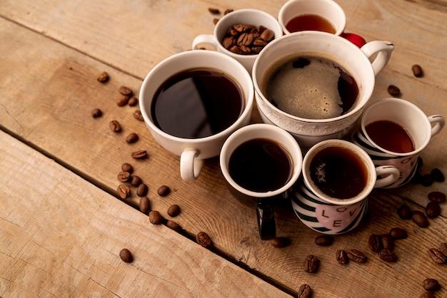 Vista alta xícaras de café com fundo de madeira