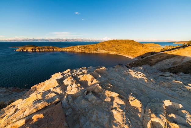 Vista ampla ao pôr do sol no lago titicaca, bolívia