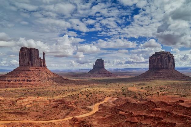 Vista ao parque tribal do navajo do vale do monumento, utá, eua.