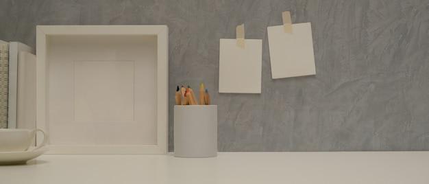 Vista aproximada da mesa de trabalho com espaço de cópia, moldura simulada e papel de carta no escritório doméstico