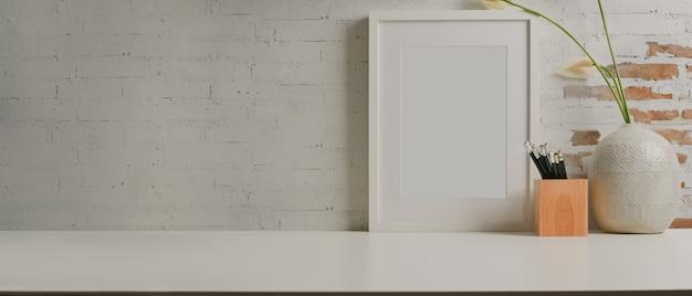 Vista aproximada da mesa de trabalho com vaso de papelaria com moldura simulada e espaço de cópia na sala de home office