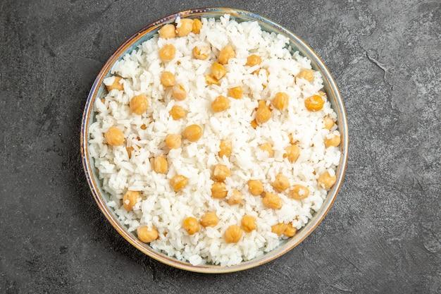 Vista aproximada de ervilhas e arroz fáceis de preparar para o jantar no escuro