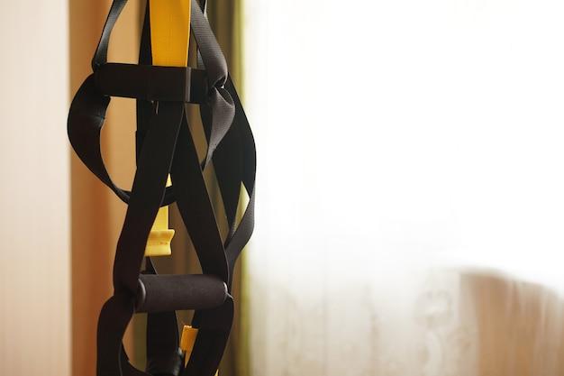 Vista aproximada do treino de suspensão em casa - fitness em casa